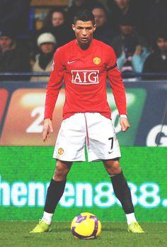 Cristiano Ronaldo apunto de tirar una falta con el Manchester United