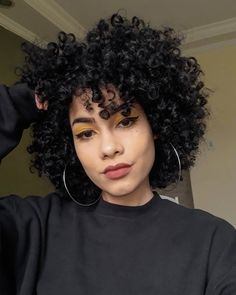 Eu tô muito in love com meu cabelo assim, então saibam que tirei muita foto 🤭🌻🖤 Thin Curly Hair, Curly Hair Styles, Natural Hair Styles, Afro Hairstyles, Hairstyle Curly, Fringe Hairstyle, Casual Hairstyles, Latest Hairstyles, Hairstyle Ideas