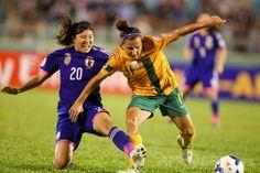 サッカーAFC女子アジアカップ(2014 AFC Women's Asian Cup)決勝、日本対オーストラリア。オーストラリアのリサ・デバナ(Lisa De Vanna、右)とボールを競る日本の川村優理(Yuri Kawamura、2014年5月25日撮影)。(c)AFP/HOANG HUNG ▼26May2014AFP|なでしこジャパンがアジア杯初制覇、オーストラリア下す http://www.afpbb.com/articles/-/3015869 #2014_AFC_Womens_Asian_Cup #Japan_Australia_Final