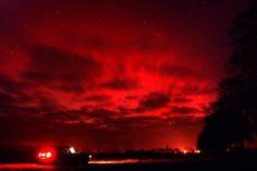 Feuer am Nachthimmel: Blutrot bricht das Nordlicht im brandenburgischen...