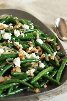 Green Beans with Goat Cheese, Shallots and Walnuts – The Suburban Soapbox This stunning side dish is so simple to make and ready in less than 15 minutes. Best Side Dishes, Veggie Side Dishes, Vegetable Sides, Food Dishes, Side Dishes With Salmon, Vegetarian Side Dishes, Side Dish Recipes, Vegetable Recipes, Vegetarian Recipes