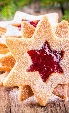 Strawberry jam stars - -You can find Margaritas and more on our website. Chewy Sugar Cookies, Butter Chocolate Chip Cookies, Sugar Cookies Recipe, Xmas Food, Christmas Desserts, Christmas Cookies, Christmas Foods, Noel Christmas, Christmas Recipes