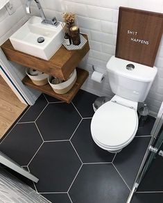 Bathroom Decor above toilet Diese Bodenfliesen sin - bathroomdecor Tiny House Bathroom, Wood Bathroom, White Bathroom, Bathroom Flooring, Bathroom Interior, Bathroom Small, Bathroom Ideas, Bathroom Shelves, Tiny Bathrooms