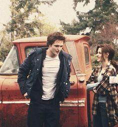 The Twilight Saga: Edward Cullen Bella Swan Twilight 2008, Twilight Saga Series, Twilight Edward, Edward Bella, Twilight Movie, Twilight Songs, Vampire Twilight, Vampire Boy, Robert Pattinson Twilight