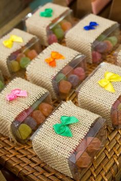Beautiful souvenirs for Festa Junina I gathered in this post beautiful ideas of Party Favors. Wedding Gift Boxes, Wedding Gifts, Rainbow Wedding, Ramadan Decorations, Farm Party, Ideas Para Fiestas, Holidays And Events, First Birthdays, Party Favors