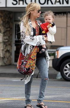 Nicole Richie Photos - Pregnant Nicole Richie and her daughter Harlow Madden out shopping for toys in Santa Monica. - Nicole Richie And Harlow Shopping For Toys Ethnic Fashion, Denim Fashion, Curvy Fashion, Boho Fashion, Womens Fashion, Fashion Trends, Petite Fashion, Fashion Bloggers, Fall Fashion