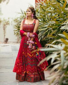 Presenting you latest Mehendi Outfit ideas for Bride. From bridal mehendi outfit to designer mehendi lehenga we have got variety dresses. #shaadisaga #indianwedding #mehendioutfitforbride #mehendioutfitforbridegreen #mehendioutfitforbrideunique #mehendioutfitforbridesimple #mehendioutfitforbrideindowestern #mehendioutfitforbridelatest #mehendioutfitforbridesaree #mehendioutfitforbrideyellow #mehendioutfitforbrideshort #mehendilehenga #mehendilehengabrides #mehendilehengagreen #mehendilehengapink Red Lehenga, Bridal Lehenga Choli, Choli Designs, Lehenga Designs, Bengali Bridal Makeup, Indian Bridal, Bridal Looks, Bridal Style, Indian Fashion Dresses