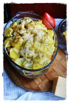 Zapiekanki to zawsze dobry i szybki pomysł na obiad. Ta jest wariacją klasycznej angielskiej potrawy: Sheperd's pie. Smakuję naprawdę dobrze 😉 Zapiekanka z ziemniakami, kurczakiem i papryką 1,5kg ziemniaków2 średnie piersi kurczakaok. 10 dużych pieczarek2 cebule2 małe paprykipieprz czarnysuszona natka pietruszkioliwa2 jajka200ml śmietany50 g tartego sera żółtego   Zaczynamy od ziemniaków. Obieramy ... Cauliflower, Chicken Recipes, Vegetables, Food, Cauliflowers, Essen, Vegetable Recipes, Meals, Cucumber