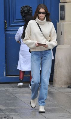Kaia Gerber looks sophisticated in Paris during Fashion Week Mode Outfits, Jean Outfits, Casual Outfits, Fashion Outfits, Fashion Weeks, Fasion, Casual Dresses, Fashion Tips, Fashion Trends