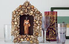 Em destaque na estante, o relicário com imagem de São Benedito, que a moradora Flavia Baptisni, publicitária, ganhou de uma prima. Projeto das arquitetas Débora Racy e Nicole Sztokfisz