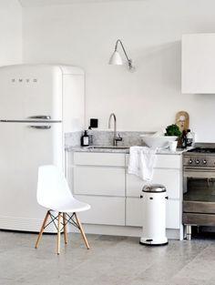 SMEG fridge, DSW Eames chair, white kitchen I perfect kitchen design Smeg Kitchen, Smeg Fridge, Kitchen Dining, Kitchen Decor, Kitchen White, Kitchen Styling, Minimal Kitchen, Dining Room, Nice Kitchen