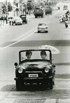 photo by Takeyoshi Tanuma Tokyo, Japan 1962 Japanese Cars, Japanese Culture, Vintage Japanese, Vintage Pictures, Old Pictures, Old Photos, Festival Photo, Art Postal, Photos Originales