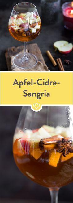 Bei diesem leckeren Apfel-Cidre-Sangria hast du einen erfrischenden Drink, der dank Zimtstangen, Anis und Amaretto dabei winterlich und würzig schmeckt!
