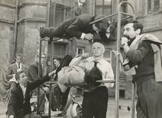 Niewinni Czarodzieje - 1960 / Film Wajdy ma wymiar kameralny, z zachowaniem niemal klasycznej jedności miejsca, czasu i akcji. To historia przypadkowego spotkania młodego lekarza (Tadeusz Łomnicki) i dziewczyny (Krystyna Stypułkowska), którzy poznają się w piwnicy jazzowej i spędzają ze sobą noc. Akcja rozgrywa się głównie w czterech ścianach mieszkania, a tło społeczne zostaje ledwo zarysowane. W 1961 roku Andrzej Wajda otrzymał dyplom za reżyserię tego filmu na MFF w Edynburgu.