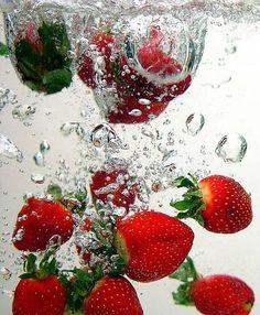 عربي ثمار الفراولة : تعتبر الفراولة فاكهه الحماية والوقاية. وتحتوي على أعلى نسبه مضاد للأكسدة بين أهم أنواع الفاكهة.كما تحمي و الجسم من مسببات السرطان ،ومن  انسداد الأوعية الدموية. STRAWBERRY: Strawberries Protective Fruit. Strawberries have the highest total antioxidant power among major fruits. & Protect the body from cancer, clogging blood vessels.