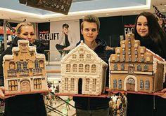 Das schönste Lebkuchenhaus aus Lübeck! Die stolzen Gewinner: Ramona Standtke (29, l.), Oliver Lass (21) und Tina Krüss (20). FOTO: JACOBSEN
