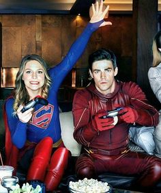 The Flash is one of the most popular CW TV DC comic superhero show. The people who watch the show might have known about the Flash and the timelines. Superhero Shows, Superhero Memes, Supergirl Dc, Supergirl And Flash, Marvel Dc, Foto Flash, Series Dc, Tenacious D, Rasengan Vs Chidori