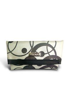 Clutch Phiona Prata Perfeita para festa de final de ano. Clutch bag metalizada.