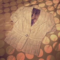 Brown tweed puff-sleeved one-button blazer Medium This is a professional yet cute blazer for either the workplace or paired with jeans for the weekend. It features one button at the natural waist, faux pockets on the front, and puffed sleeves. Make an offer or add it to a bundle for 20% off! Jackets & Coats Blazers