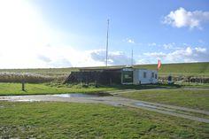 Die Kiteschule Windloop befindet sich direkt am Trockenstrand in Upleward. Hier könnt ihr Kitesurfen, Windsurfen und Stand up Paddeln lernen.