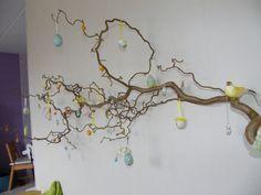 Waarom in een vaas als je hem ook aan de muur kan hangen? #pasen #paastak #DIY