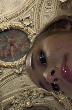 Ariana was in the Louvre in Paris 🇫🇷 Ariana Grande Background, Ariana Grande Wallpaper, Ariana Grande Cute, Ariana Grande Pictures, Icon Girl, Photo Star, Cat Valentine, Dangerous Woman, Nicki Minaj