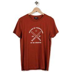 """Voici la nouvelle collection printemps été 2013 APC  T-shirt Base-ball Brique T-shirt à manches courtes et col rond par apc. Sa coupe est droite et son bas est droit. Il est séigraphié sur le devant avec deux battes de base ball et l'inscription """"Atelier de production et de création 1987) qui est le nom de APC. Idéal pour cet été.- 100% coton jersey fin- Col rond- Sérigraphie"""