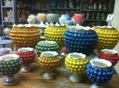 La pigna, da sempre, è simbolo di abbondanza e fertilità. Quindi porta bene, ecco perchè i vasi a forma di pigna. In tante colorazioni per rendere allegra la nostra casa.