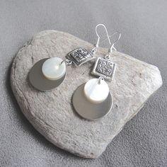 Boucles d'oreilles fantaisie ethnique en nacre et métal argenté : Boucles d'oreille par lizou-sen-fout