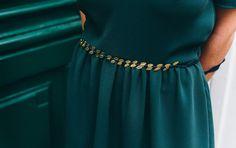 Découvrez notre toute dernière robe Danse idéale pour cet hiver. Son coloris vert sapin illumine joliment votre teint et se prête parfaitement aux fêtes de fin d'année alors que les sapins et branches de houx habillent nos pavés et nos maisons.  Le modèle séduit par sa coupe romantique et structurée. Avec son décolleté plongeant, cette pièce dévoile délicatement votre dos pour une allure chic et ultra féminine. Branches, Beaded Necklace, Dressing, Chic, Inspiration, Fashion, Plunging Neckline Outfits, Firs, Dance