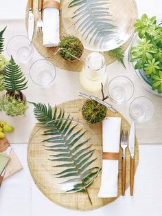Palm leaf table setting with glass plates give a modern beach vibe. Perfect for … – Küche - Tisch ideen - Palm leaf table setting with glass plates give a modern beach vibe. Perfect for Küche Palm leaf - Deco Nature, Nature Decor, Deco Floral, Leaf Table, Plant Table, Partys, Garden Parties, Dinner Parties, Dinner Party Table