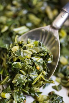 This easy collard greens recipe is simple to make, requiring only a small amount of fat along with chicken broth and a touch of seasoning. Collard Greens Recipe Healthy, Crockpot Collard Greens, Southern Collard Greens, Veggie Dishes, Veggie Recipes, Side Dishes, Oven Recipes, Recipes, Veggies
