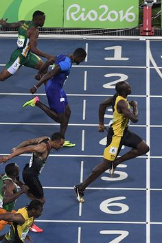 Jamaica's Usain Bolt crosses the finish line ahead of USA's Justin Gatlin to win… Sports Day, World Of Sports, Usain Bolt Quotes, Usain Bolt Running, Justin Gatlin, Rio 2016 Pictures, Track Meet, Athletic Events, Pole Vault