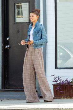 Zendaya's Street Style Zendaya played with proportions in these pooling plaid trousers, a mini crop top, and denim jacket while out in Burbank, CA. SEE DETAILS. Zendaya Street Style, Casual Street Style, Celebrity Style Casual, Street Style Summer, Celebrity Outfits, Celebrity Look, Street Style Looks, Street Style Trends, Street Style Women