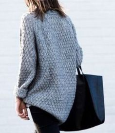 Grey pullover, styling sweater, grey sweater style, fall fashion, fall style, fall sweater 2017, black handbag, casual outfit, casual sweater, cozy sweater, styling pullover