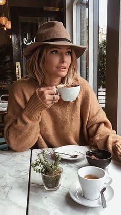 Coffee Girl, I Love Coffee, Coffee Break, Morning Coffee, Coffee Coffee, Sweater Weather, Sunday In London, People Drinking Coffee, Foto Casual