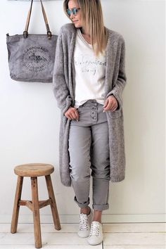 Super comfy jeans, light grey stylish older women, color combinations for clothes, cooler Stylish Older Women, Older Women Fashion, Womens Fashion, Mode Outfits, Chic Outfits, Fashion Outfits, Fashion Trends, Look Fashion, Winter Fashion