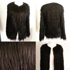 Estupenda chaqueta de piel larga. Uso muy versátil; puedes combinarla desde tus jeans favoritos a tu glamouroso vestido de fiesta!!! A la venta en nuestro taller para entrega inmediata talla S-M #abrigateconglamour #negro #pieles #diseñodeautor