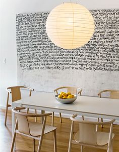 Natural interior with wood + wall writing Dining Area, Kitchen Dining, Dining Table, Dining Rooms, Dining Chairs, Sweet Home, Deco Boheme Chic, Estilo Interior, Wall Writing