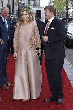 King Willem-Alexander and Queen Maxima of The Netherlands attend the annual Liberation Day concert on the Amstel on May 2017 in Amsterdam, Netherlands. 60 Fashion, Royal Fashion, African Fashion, Fashion Dresses, Fashion Design, Plus Size Gowns, Stylish Dress Designs, Royal Dresses, Queen Maxima