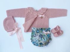 Baby Clothing Set: Cardigan Collar Bloomers by MarigurumiShop Crochet Hooded Scarf, Knitted Baby Cardigan, 40s Fashion, Womens Fashion, Little Girl Fashion, Cute Baby Clothes, Crochet For Kids, Baby Patterns, Outfit Sets