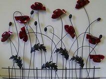 Ideal Wanddeko Mohnblumen hinter einem Zaun aus Metall