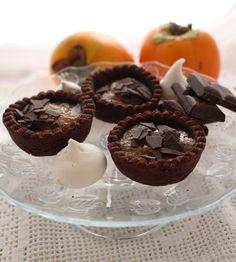 Una composta dolce che ben si accomoda in un guscio di frolla al cacao amaro: crostatine al cacao e composta di cacomela