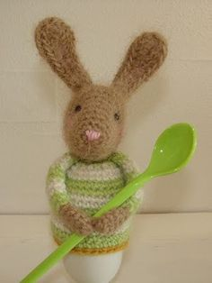 ......æggevarmer   i skikkelse af en lille kanin             Opskriften deler jeg gerne ud og her er hvad du skal bruge og gøre:   Material...