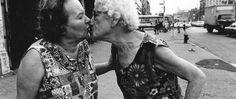 Mommie kissing Bubbie par Arlene Gottfried