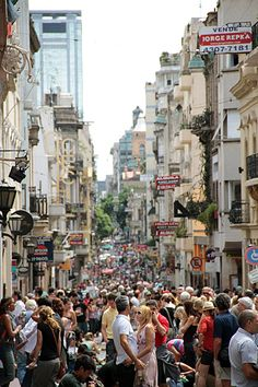 San Telmo y la feria: la peatonal Defensa, repleta de visitantes, una de las clásicas postales dominicales del barrio