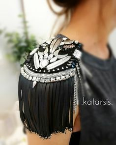 Epoletes from findings, crazy ones Fashion Details, Diy Fashion, Fashion Outfits, Womens Fashion, Shoulder Jewelry, Moda Outfits, Circus Costume, Embroidery Fashion, Military Fashion