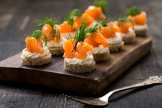 Lachs-Canapés Looks great, tastes wonderful and is very easy to make: recipe for salmon canapés with cream cheese. Party Finger Foods, Snacks Für Party, Party Canapes, Salmon Canapes, Party Buffet, Brunch Party, Easy Food To Make, Salmon Recipes, Appetizer Recipes