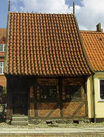 An old half-timbered building, build 1527, now a childrens library. Det gamle hus i Køge (bygget i 1527)