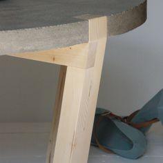 Deze salontafel rocky is robuust met toch een luchtig randje voor dat laatste zorgen de ronde - Concrete effect tafel ...